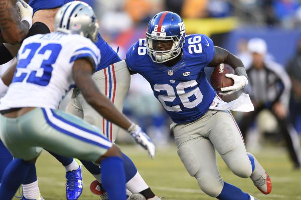New-York-Giants-Orleans-Darkwa-runs-into-backfield-mix
